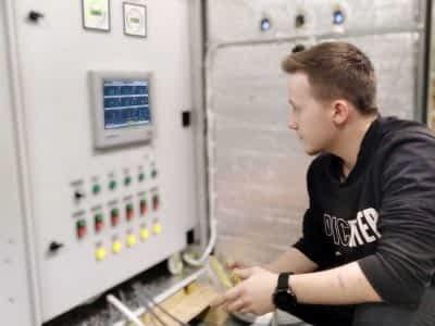 Парень тестирует оборудование-min