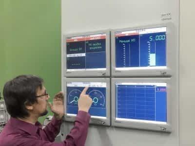Инженер тестирует приборы min